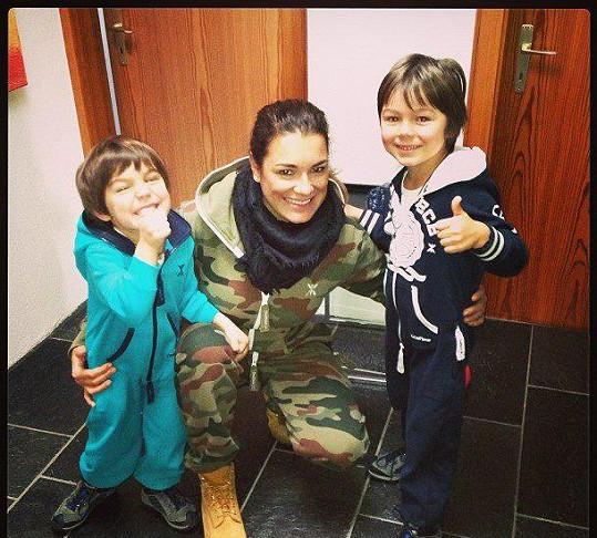 Alena Šeredová v maskáčích? I taková je podoba krásné české modelky, která zapózovala se svými dvěma syny.