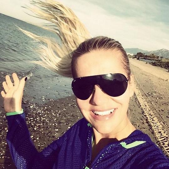 Každý den si dává popová diva ranní běh po pláži.