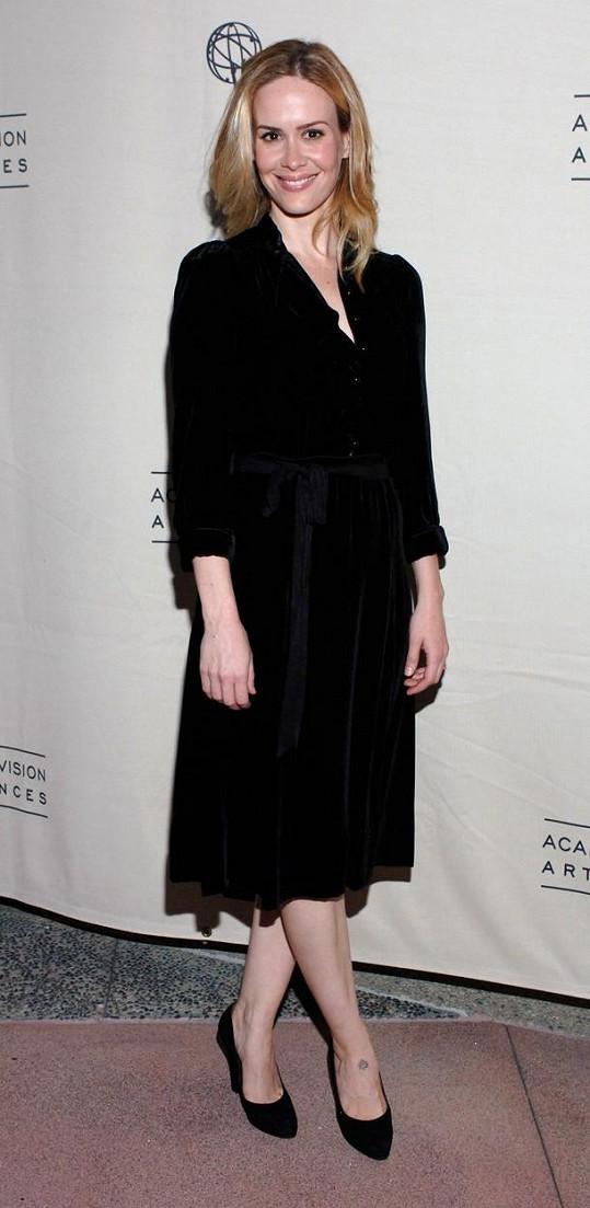Lidé britskou zpěvačku začali připodobňovat k americké herečce Sarah Paulson.