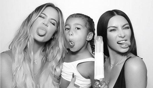 Khloe se sestrou Kim a její dcerou North