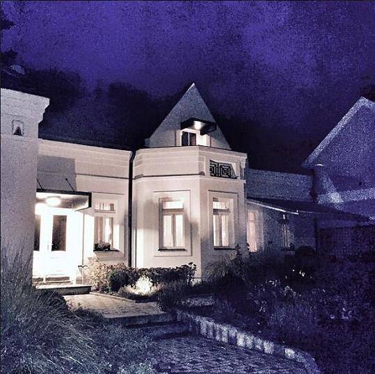 Zpěvačka s dcerou opouští dům v Šáreckém údolí, který obývala přes pět let.