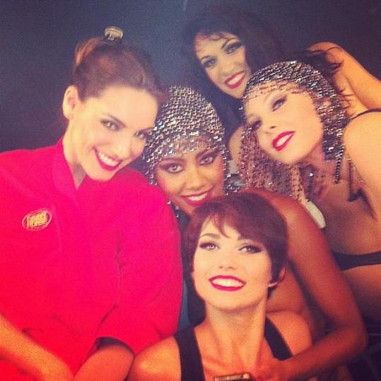 Kelly se svými kolegyněmi z kabaretu.
