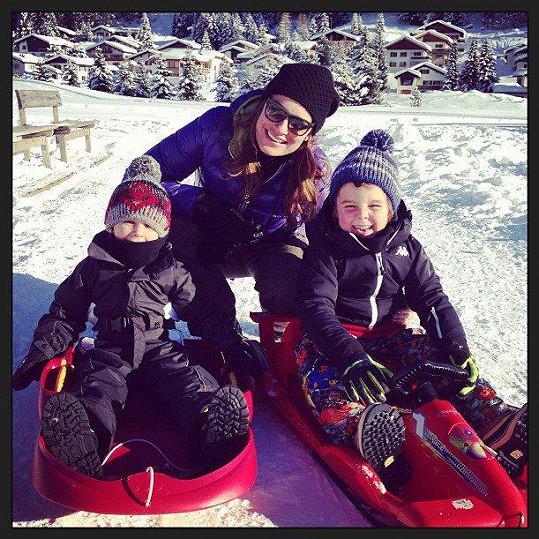 Alena Šeredová si společně s dětmi užívá zimních radovánek.