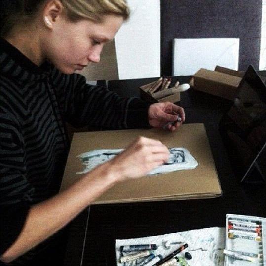 Modelka jako kreslířka.
