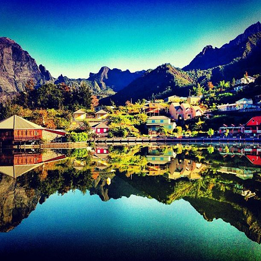Domky v údolí na Réunionu Nikol připomínaly Švýcarsko.