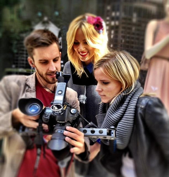 Režisérka Bára Petrová kontroluje záběry.