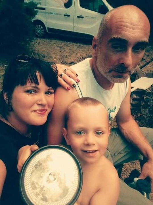 Leona Šenková s manželem, který v klipu chyběl, a synem.