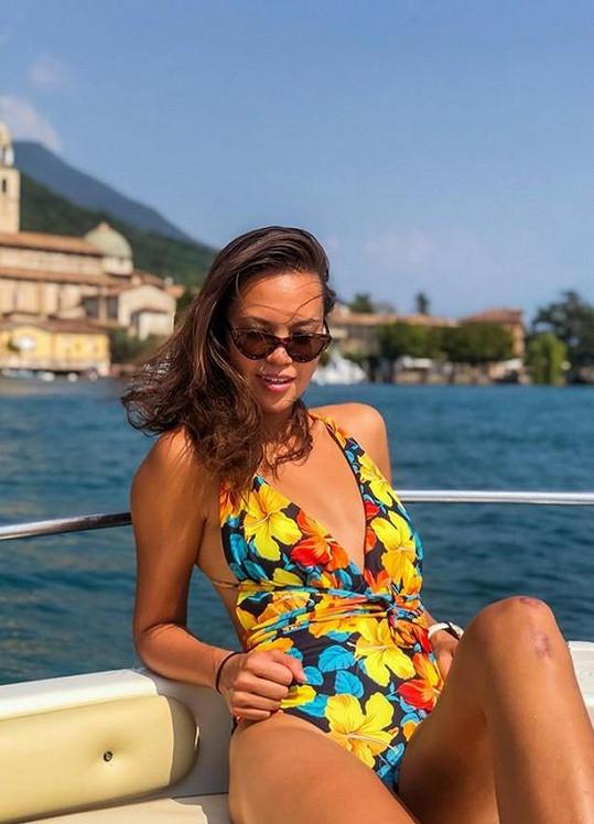 V květovaných plavkách jí to na jezeře Garda slušelo.