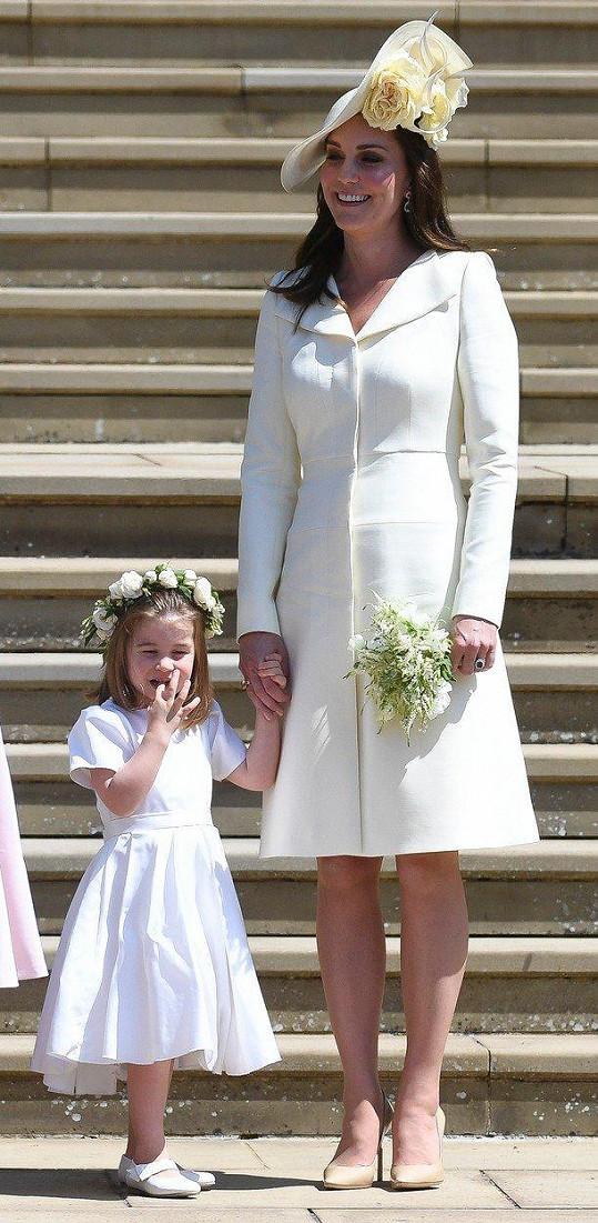Vévodkyně Kate sice teprve před třemi týdny porodila třetí dítě, všichni si byli ale jistí, že jí to bude na svatbě slušet. Švagrová nevěsty a ženicha zvolila šaty ve stylu kabátku ve sněhové bílé barvě. Díky jejich jednoduchému řešení fungoval jako dominantní prvek klobouk zdobený čajovými růžemi.