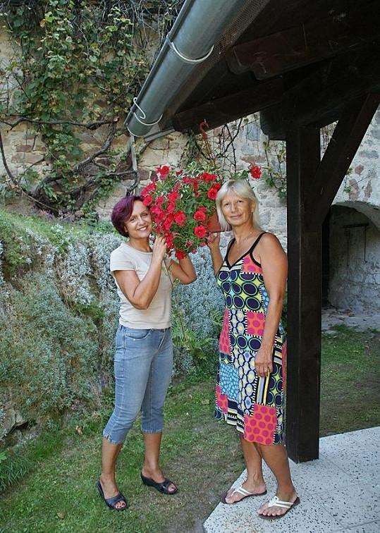 Petru na chalupě navštívila MUDr. Ivana Němečková, na jejíž klinice zpěvačka nedávno podstoupila zkrášlovací zákrok.