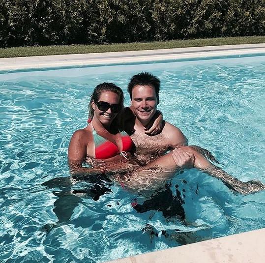Bývalá tenistka relaxovala v bazénu s přítelem.