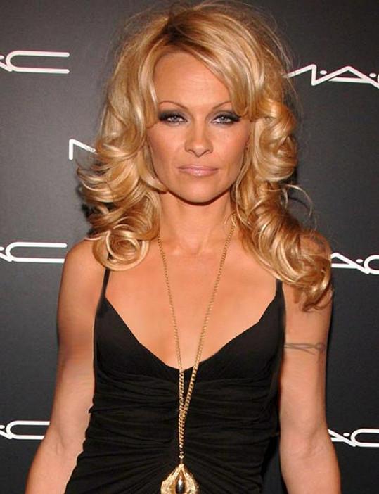 Pamela Anderson s plochou hrudí.