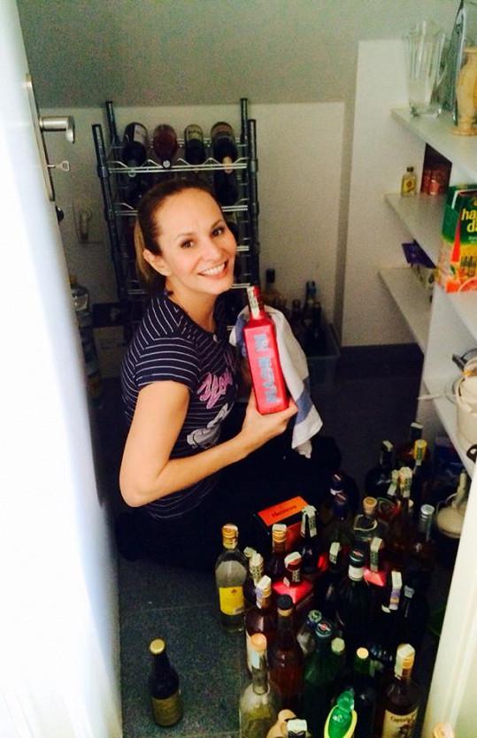 Monika Absolonová se doma pustila do úklidu.