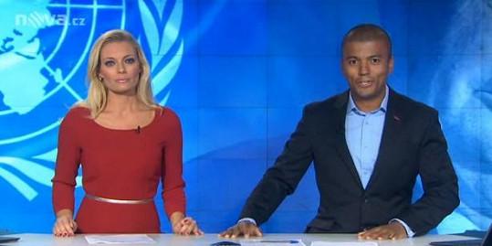 Lucie Borhyová a Rey Koranteng v Televizních novinách
