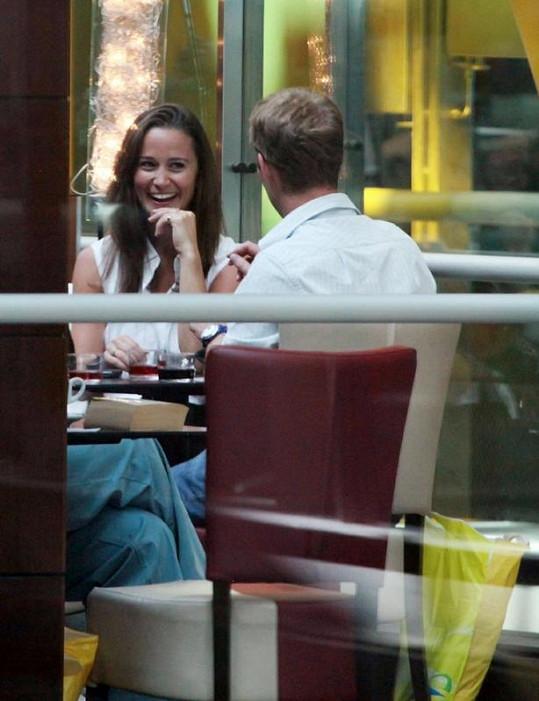 Pippa Middleton a George Percy v letištní kavárně.
