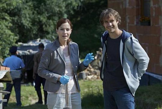 Filip Tomsa a Soňa Norisová v první sérii (uvedená byla v roce 2015) Policie Modrava. Pilotní díl, ze kterého nakonec vznikl film, se natáčel o čtyři léta dřív.