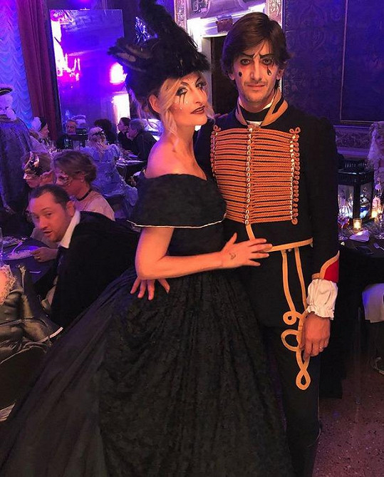 Tereza s manželem Burakem na karnevalu v Benátkách