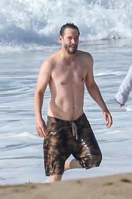 Keanu Reeves vystavil tělo na pláži v Malibu.