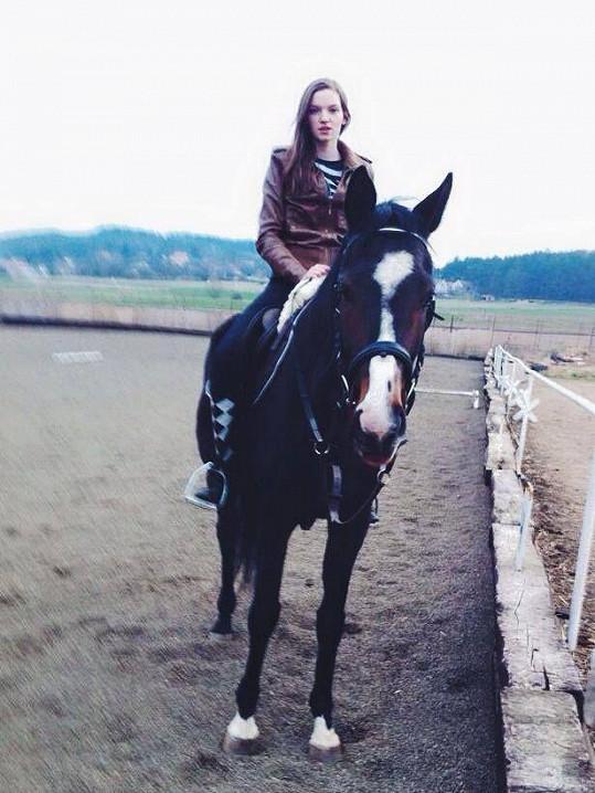 Eva si za honoráře si koupila vytouženého koně. Ten ale před dvěma lety uhynul.