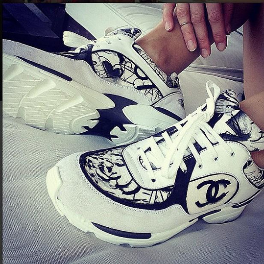 V těchto botách bude Simona dělat parádu.