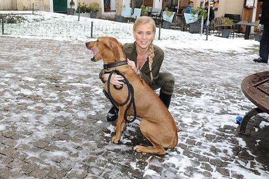 Michaela se svým psem Charliem.