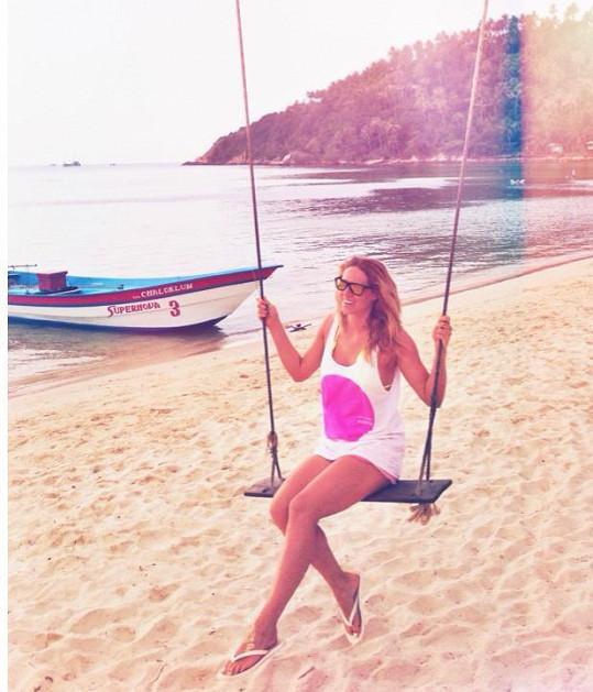 Nikol na pláži v Thajsku