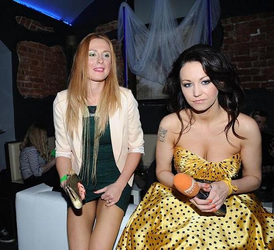 Když seděla s Agátou Hanychovou, ještě šaty stihla uhlídat.