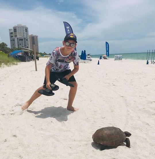 Jedenáctiletý syn Kristián je školou povinný a tak na Floridu nemůžou létat tak často, jako předtím.