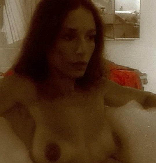 Kuklová se naložila do vany a ukázala svá ňadra.
