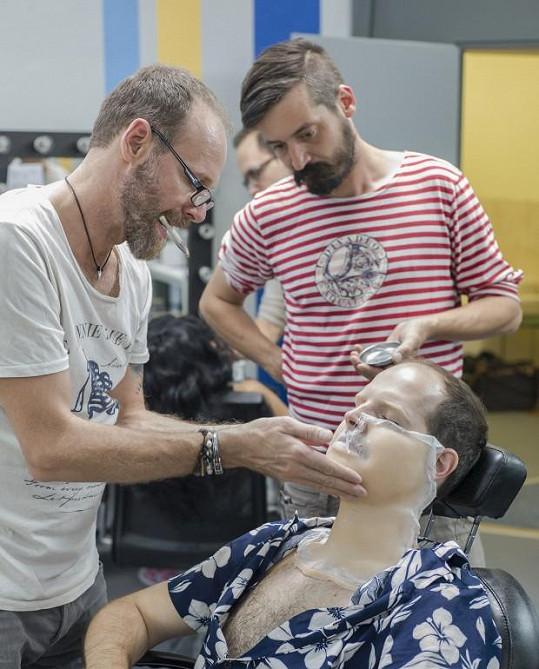 Jan Maxián v péči maskérů