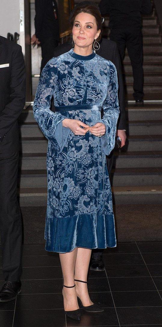 Vévodkyně oblékla šaty z modrého sametu.