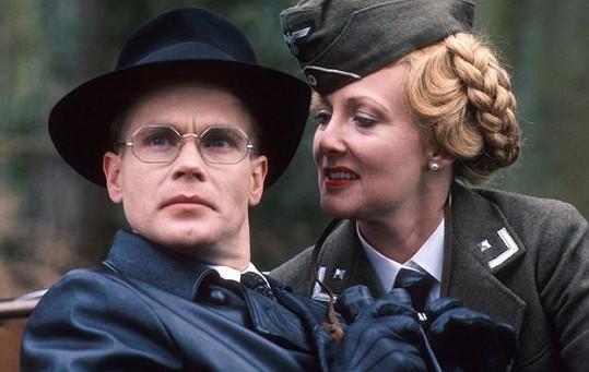 Richard Gibson a Kim Hartman - Herr Flick a Helga v seriálu Haló, haló, který reprízuje Česká televize.