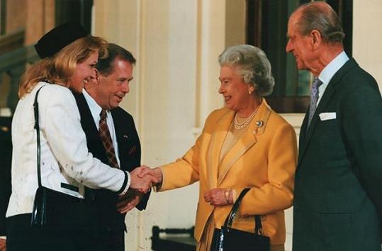 Havlová v úloze první dámy vítá britskou královnu Alžbětu II. V té době se načas vzdala kariéry herečky, aby se své roli mohla naplno věnovat.