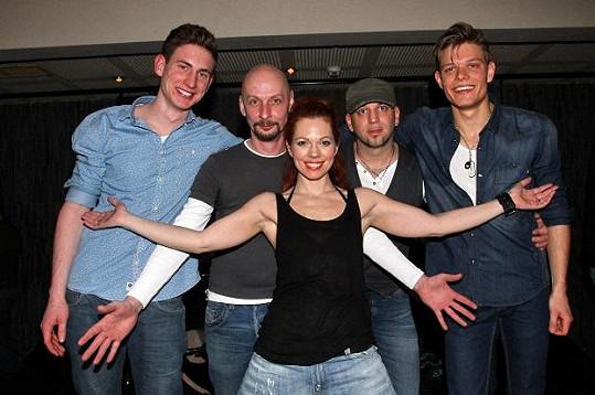 Zpěvačka představila i svoji kapelu.