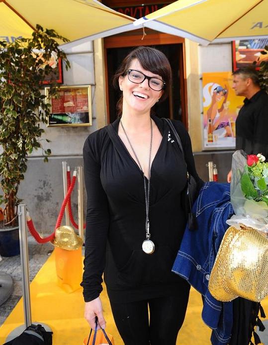 Marta Jandová začala nosit brýle.
