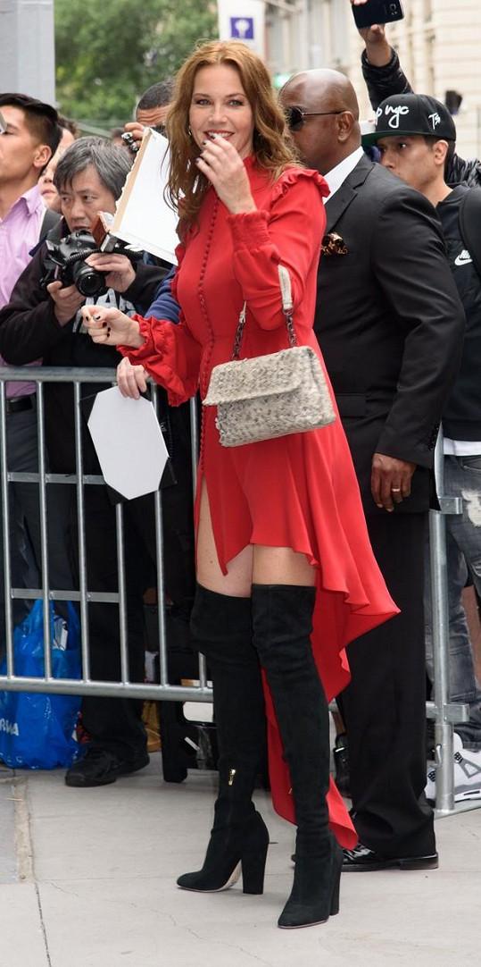 Connie Nielsen se s poryvem větru prala v Cannes.