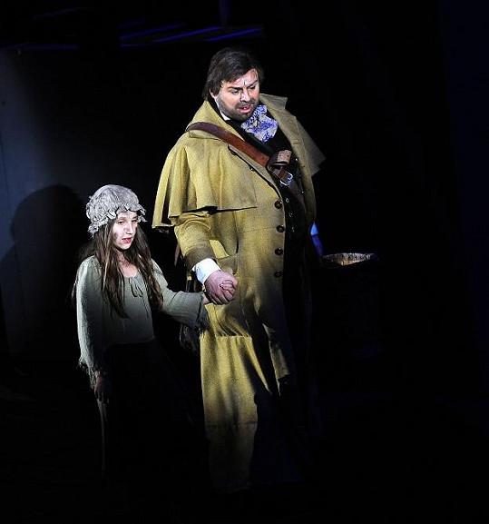 Devítiletá Natálie ve scéně s Jeanem Valjeanem v podání Davida Uličníka, jenž hrál obě premiéry.