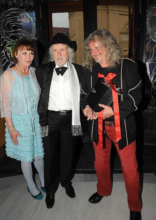 Módní halucinací večera byli režisér F. A. Brabec s manželkou Jaroslavou.