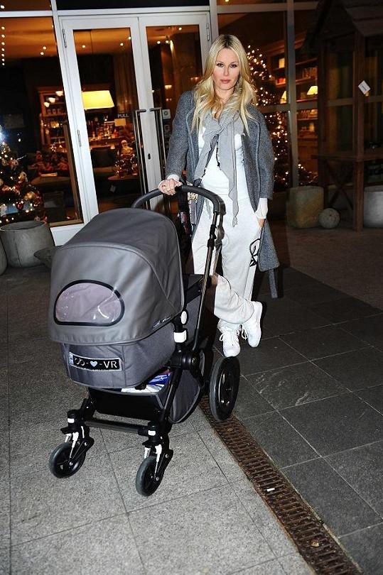 Modelka si mateřství viditelně užívá.