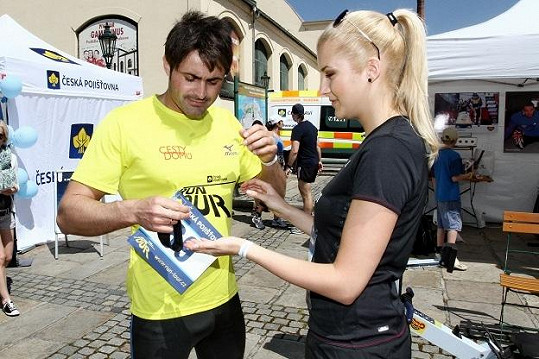 Jitka Nováčková s Mirkem Šimůnkem si navzájem pomáhali připnout startovní čísla.