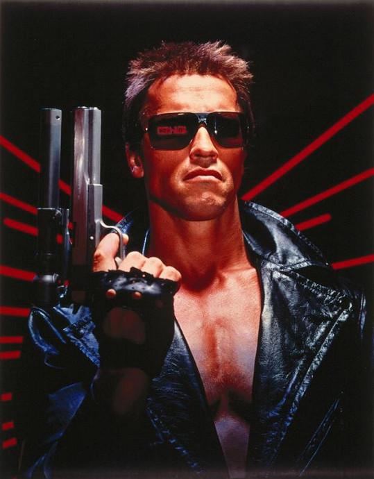 George se v hotelích zapisuje jako Arnold Schwarzenegger.