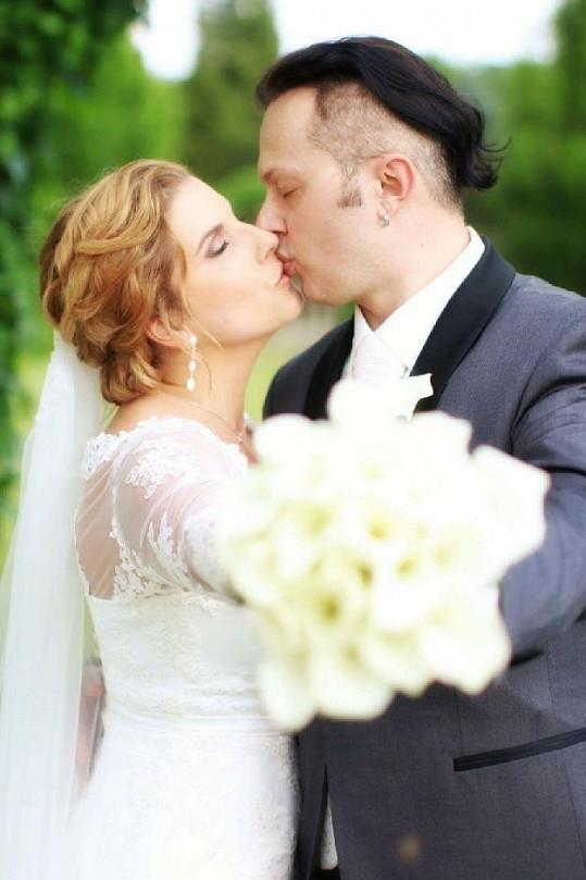 Novomanželský polibek nemohl chybět...