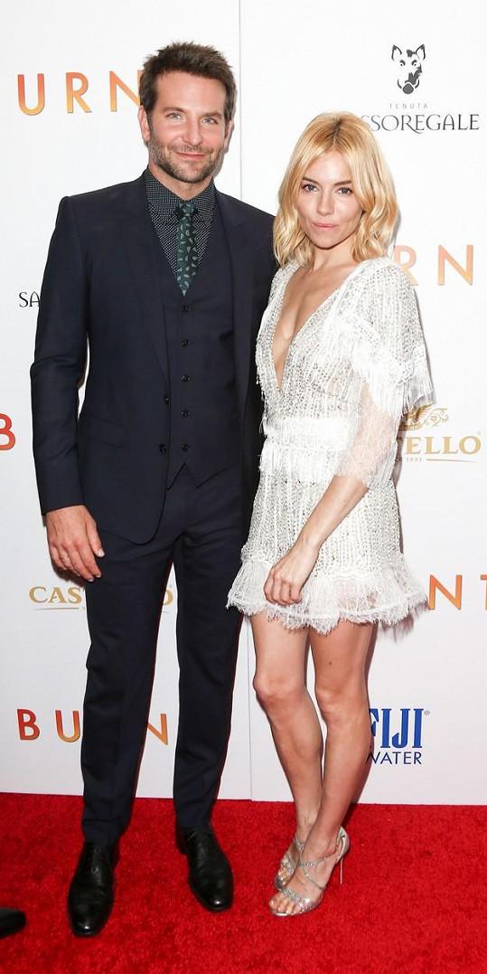 Sienna Miller a Bradley Cooper na premiéře filmu Dokonalý šéf