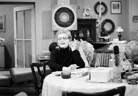 Marie Rosůlková jako babička v seriálu Taková normální rodinka (1971)