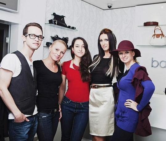 Modelka se svým týmem. O make-up se postaral Jan Tolg, vlasy měla na starost Daniela Janotová a styling řešila Janine Alexander.