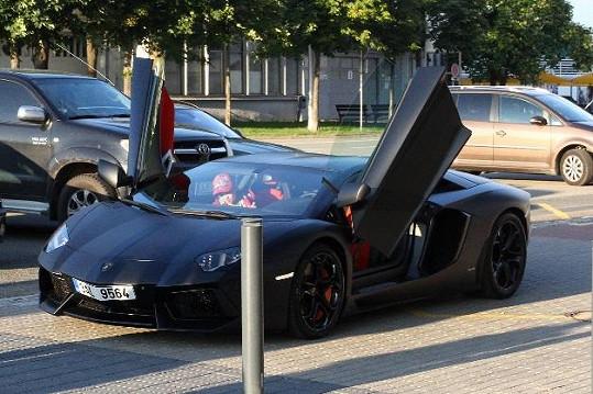 Leoš přivezl syna ve svém sportovním voze.