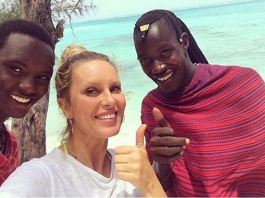Simona s místními Masaji