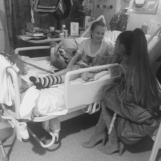 Jaden byla z návštěvy Ariany velmi mile překvapená. Zpěvačka jí a dalším dětem donesla dárky a fotila se s nimi.