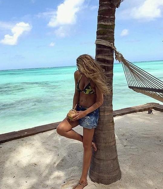 Krainová si užívá sluníčka na Zanzibaru.
