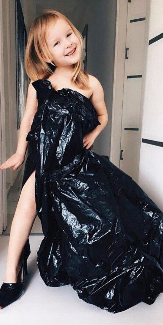 Stefanie má totožný outfit.